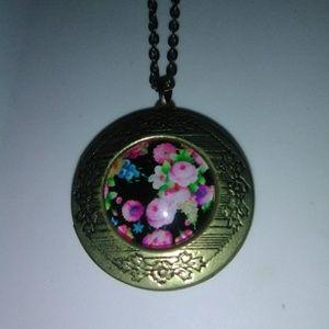 Beautiful Locket necklace, pendant & chain.